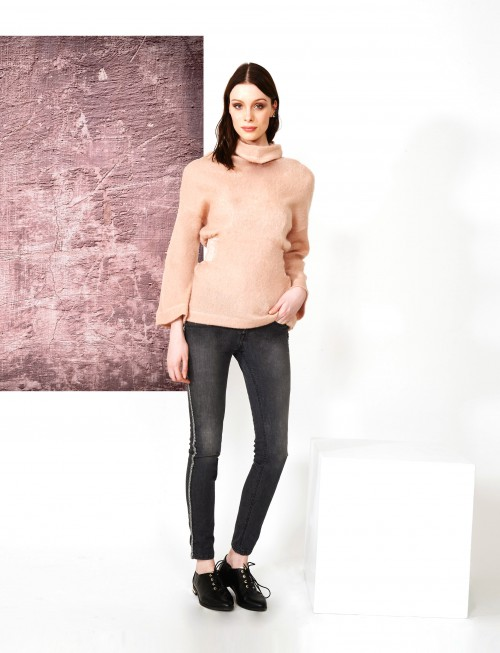 maglia rosa e jeans